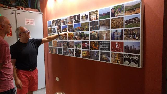 תצוגה על הקיר של היקב כל המבקרים החשובים