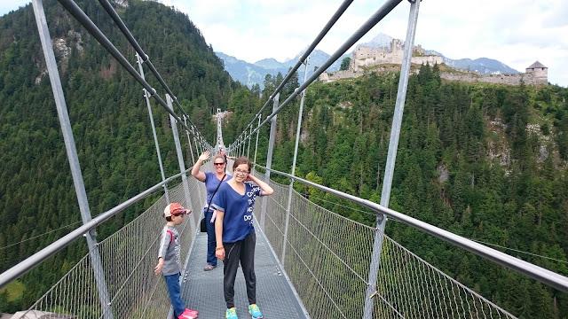 מטיילים על גשר באוסטריה 10 טיפים לנסיעות ארוכות עם ילדים