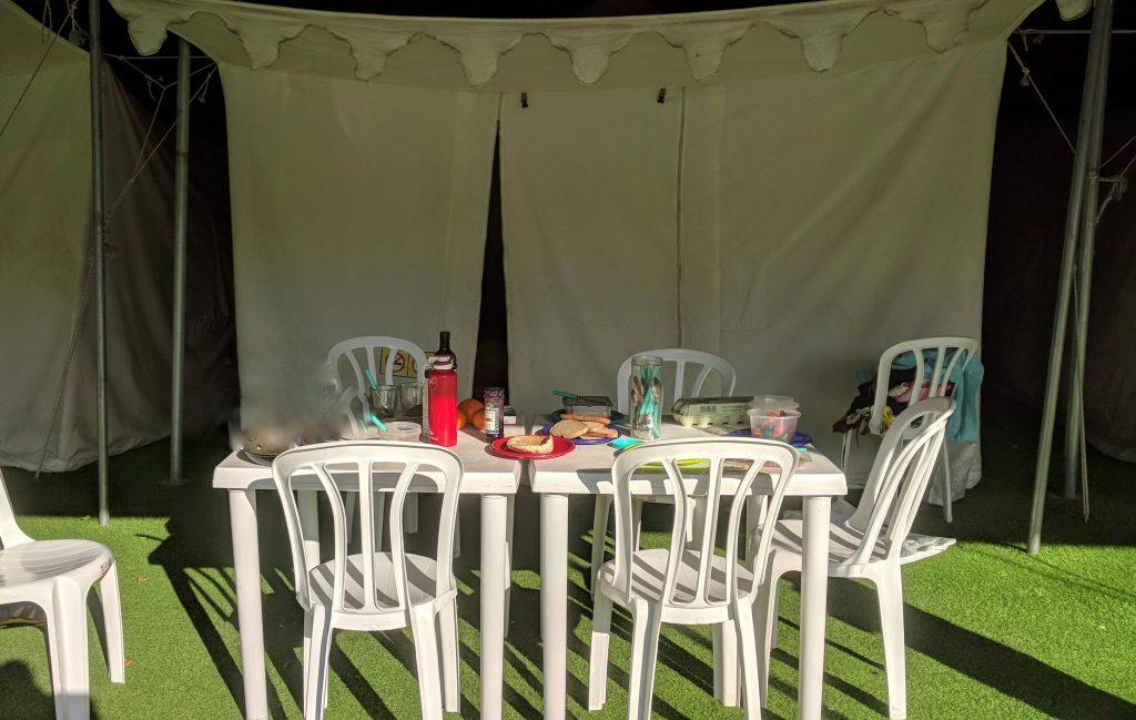 פינת האירוח ליד האוהל