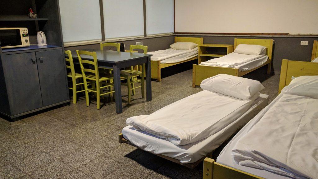 הגולן המערבי טיול משפחתי - מחוץ למסלול השיגרתי המיטות בחדרי הצוות בפארק הירדן